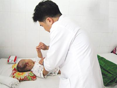 Khám một trẻ bị tắc ruột.